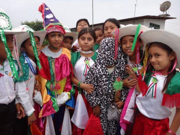 Crianças festejam o Natal em Cuetzalán